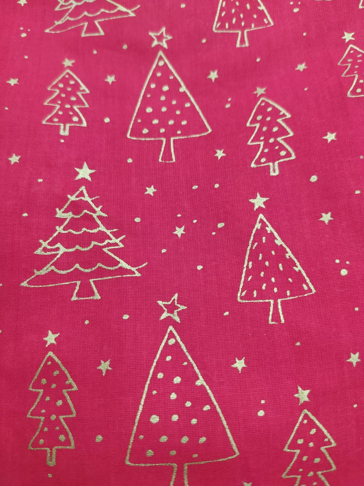 Arboles de navidad con fondo rojo